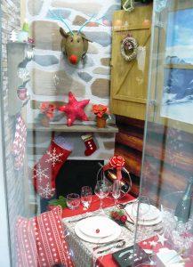 Escaparate de Navidad con escenografía de cabaña de montaña, mesa de Navidad, foto 3
