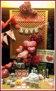 Escaparate San Valentin 2017 en Brujerías, tienda de regalos y decoración en el centro de La Coruña, imagen 2