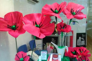 En primavera las flores invaden los escaparates de las tiendas
