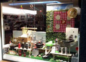 Escaparate Picnic campestre, tienda Cuinetes, Barcelona; escaparatista profesional Miquel Pizarro aparadorisme, imagen 2