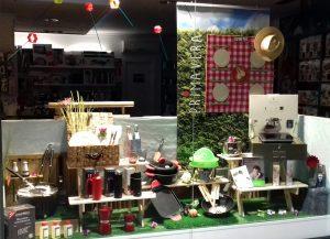 Escaparate Picnic campestre, tienda Cuinetes, Barcelona; escaparatista profesional Miquel Pizarro aparadorisme, imagen 1