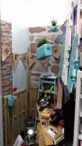 Escaparate de Primavera 2017 de tonalidades suaves y relajantes buscando un fondo turquesa neutral; menaje hogar en Barcelona, imagen 3