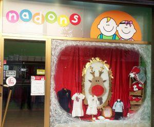 Clásicos en escaparate de navidad en tienda de moda infantil, foto 1