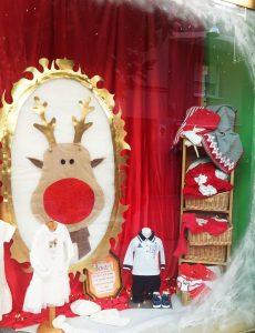Clásicos en escaparate de navidad en tienda de moda infantil, foto 2
