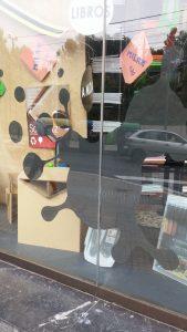 decoración con vinilos en librería, blkescaparates, foto 2