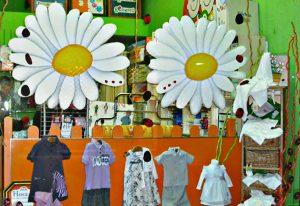 Margaritas en escaparate primaveral de moda infantil