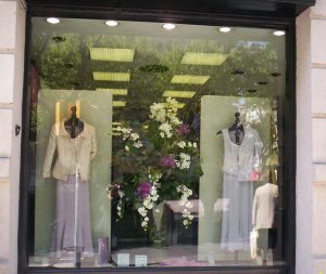 arreglos florales en los escaparates de moda