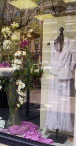 Atrezzo floral en escaparate de moda